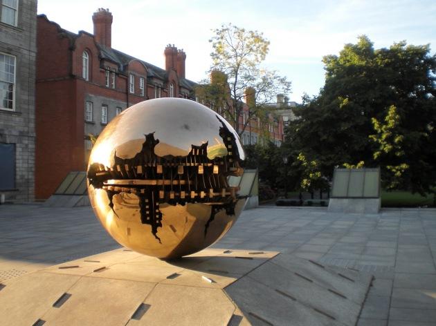 Escultura Pomodoro frente a la biblioteca Berkeley